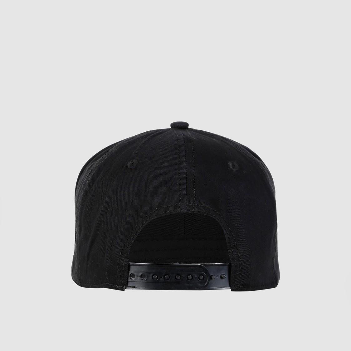 قبعة بتفاصيل مزخرفة وزر كبّاس للإغلاق