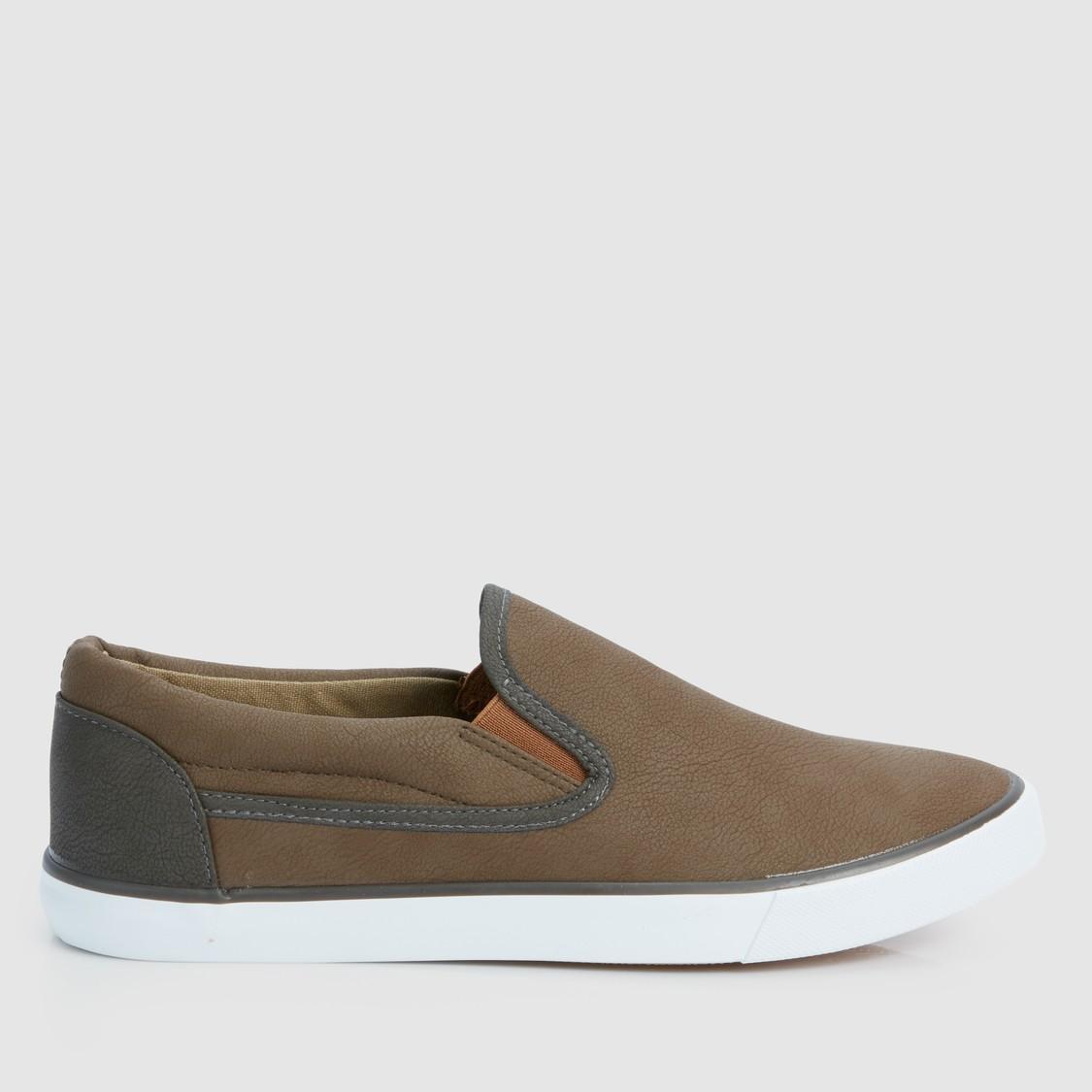 حذاء سهل الارتداء وبارز الملمس