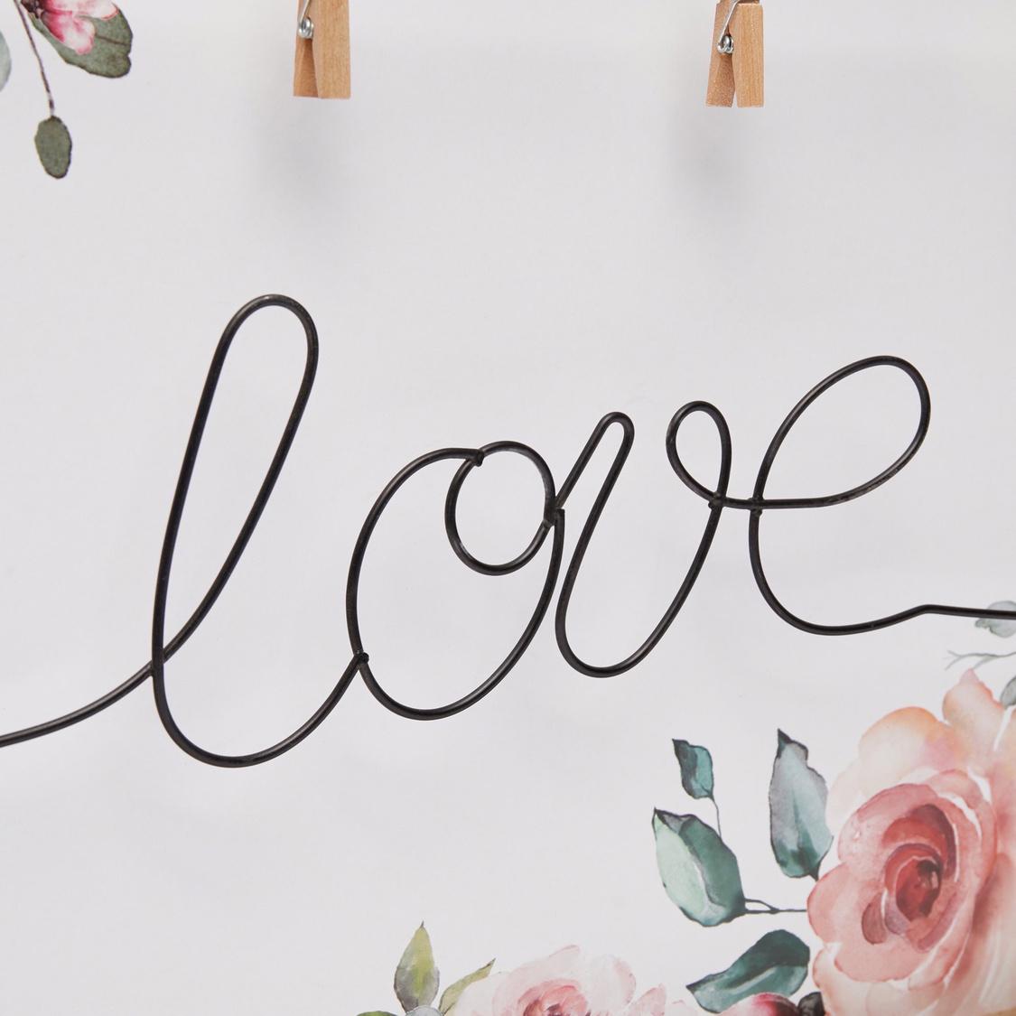 لوحة ديكور جداريّة بمشابك وتصميم كلمة لوف