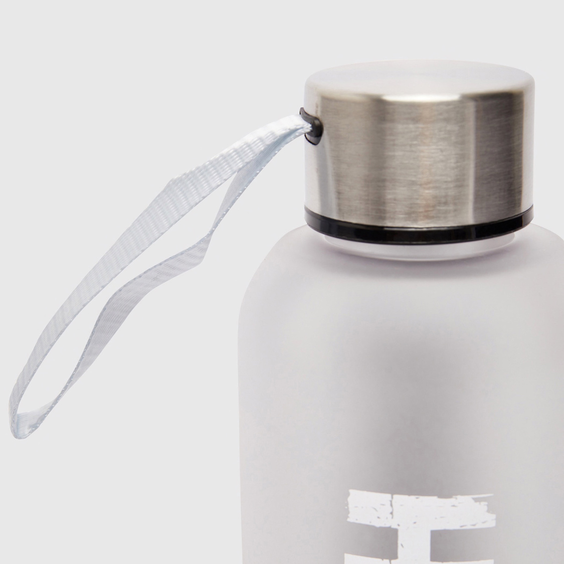 قارورة مياه بطبعات نصيّة وغطاء