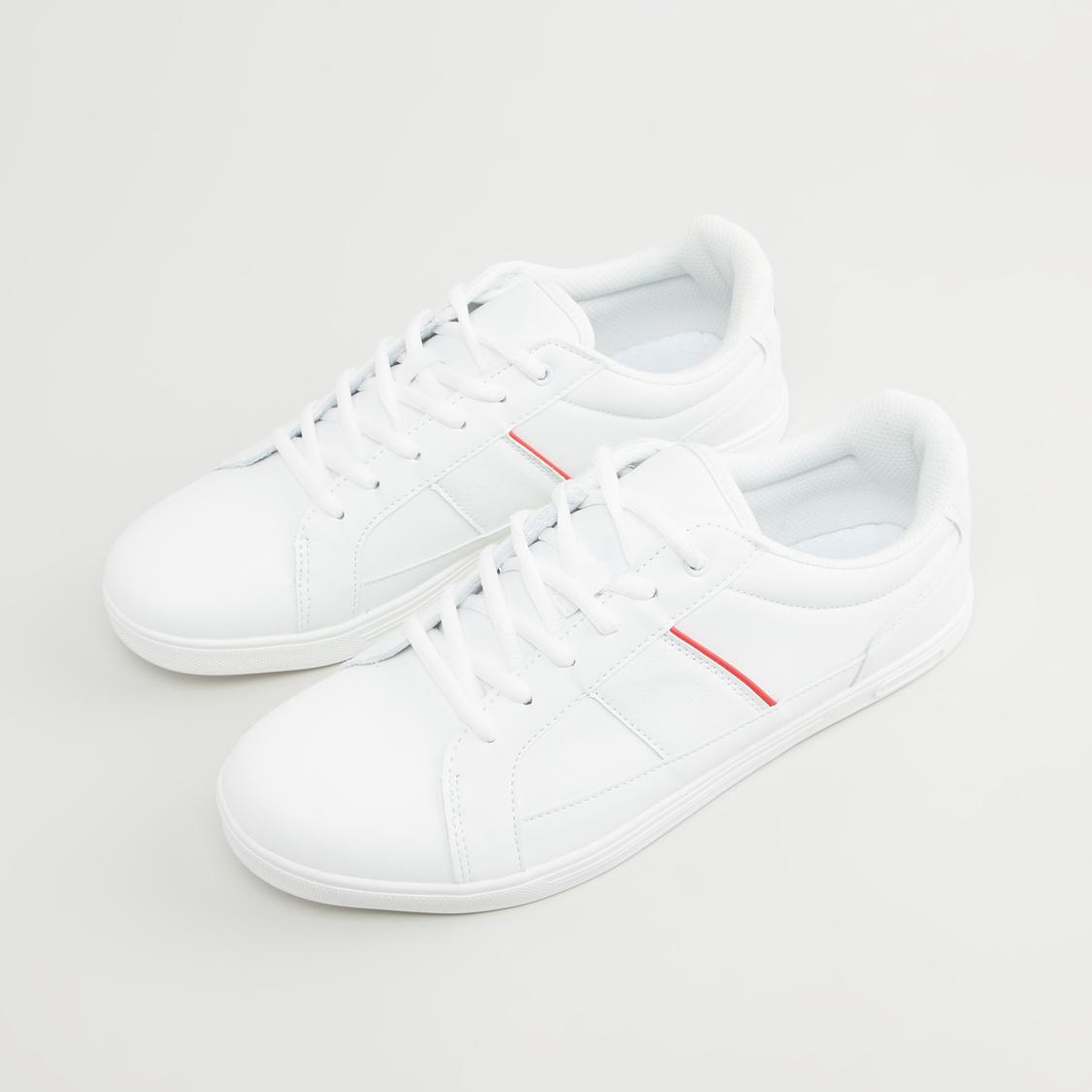 حذاء سنيكرز بتفاصيل لوّح ورباط إغلاق