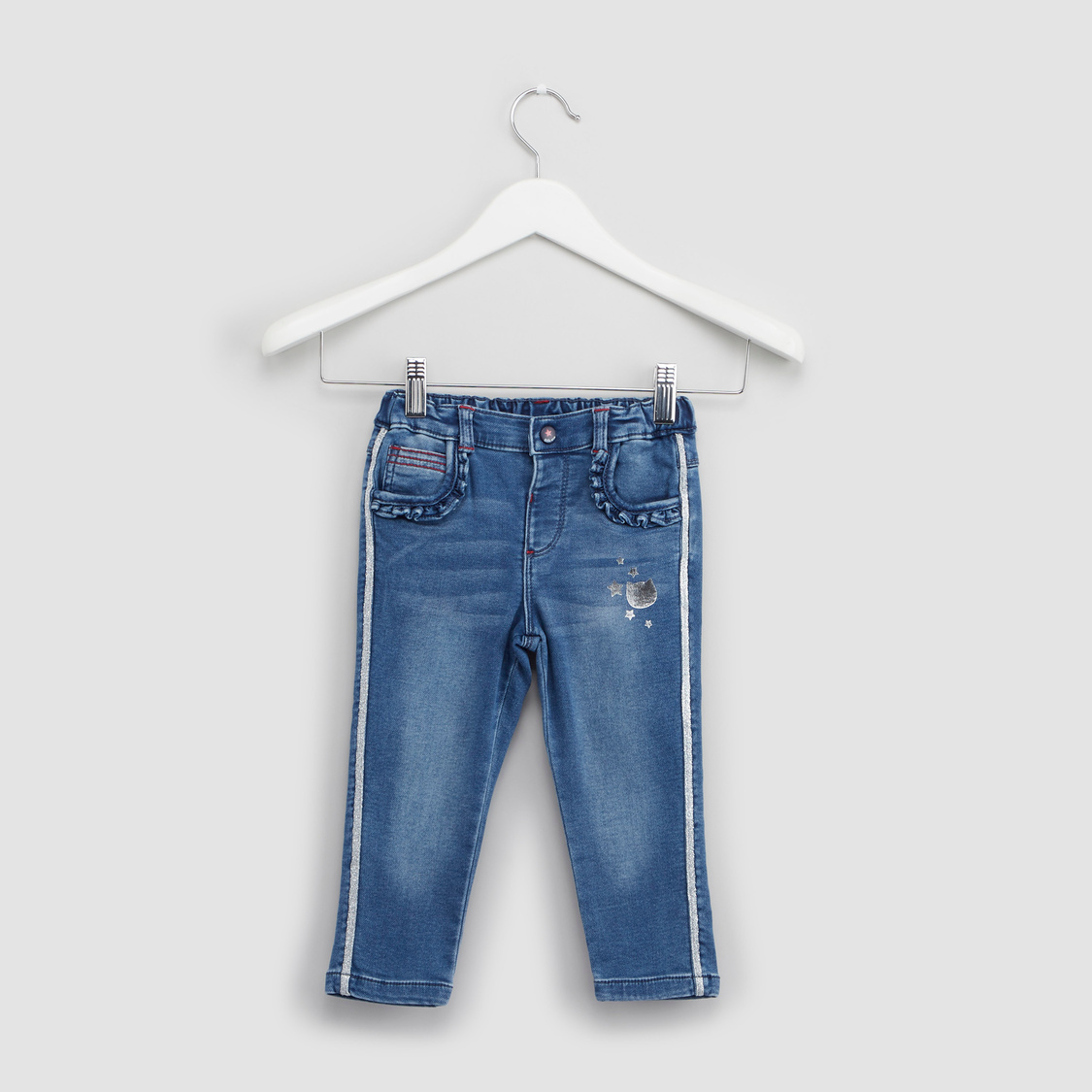 بنطلون جينز بشريط جانبي وتفاصيل كشكش وطبعات