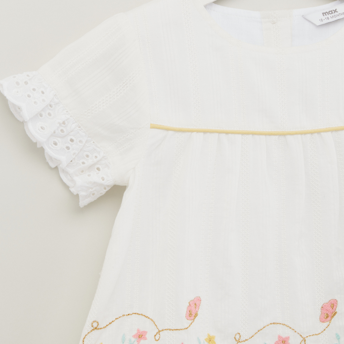 Round Neck Top with Short Sleeves and Floral Embroidery