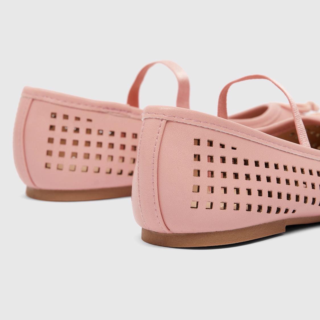 حذاء سهل الارتداء بزينة فيونكة وتصاميم مفرّغة