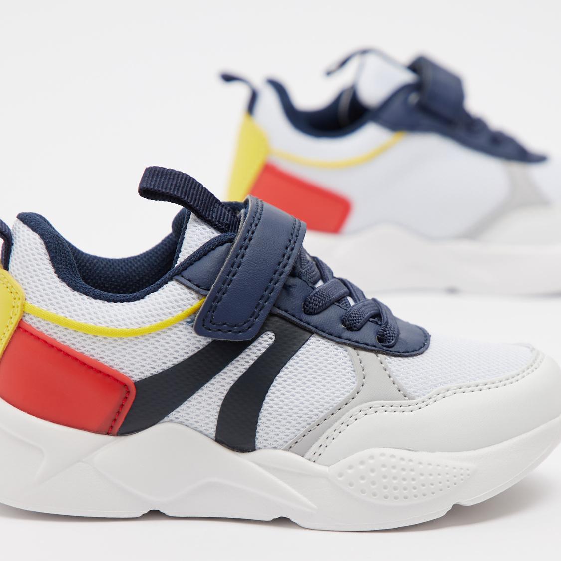 حذاء رياضي بقوالب ملونة وشريط إغلاق لاصق