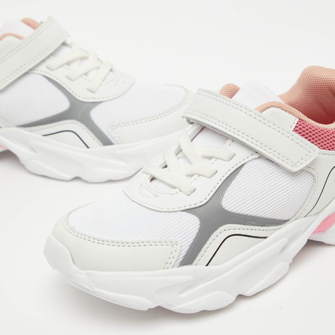 حذاء رياضي بارز الملمس بشريط إغلاق