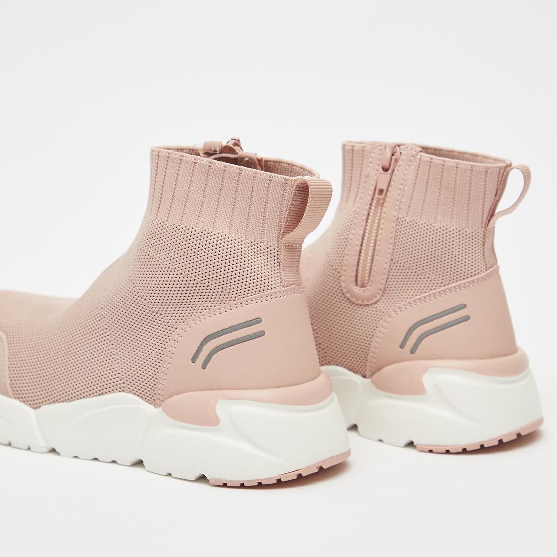 حذاء سنيكرز بارز الملمس بياقة عالية وسحّاب إغلاق ولسان سحب