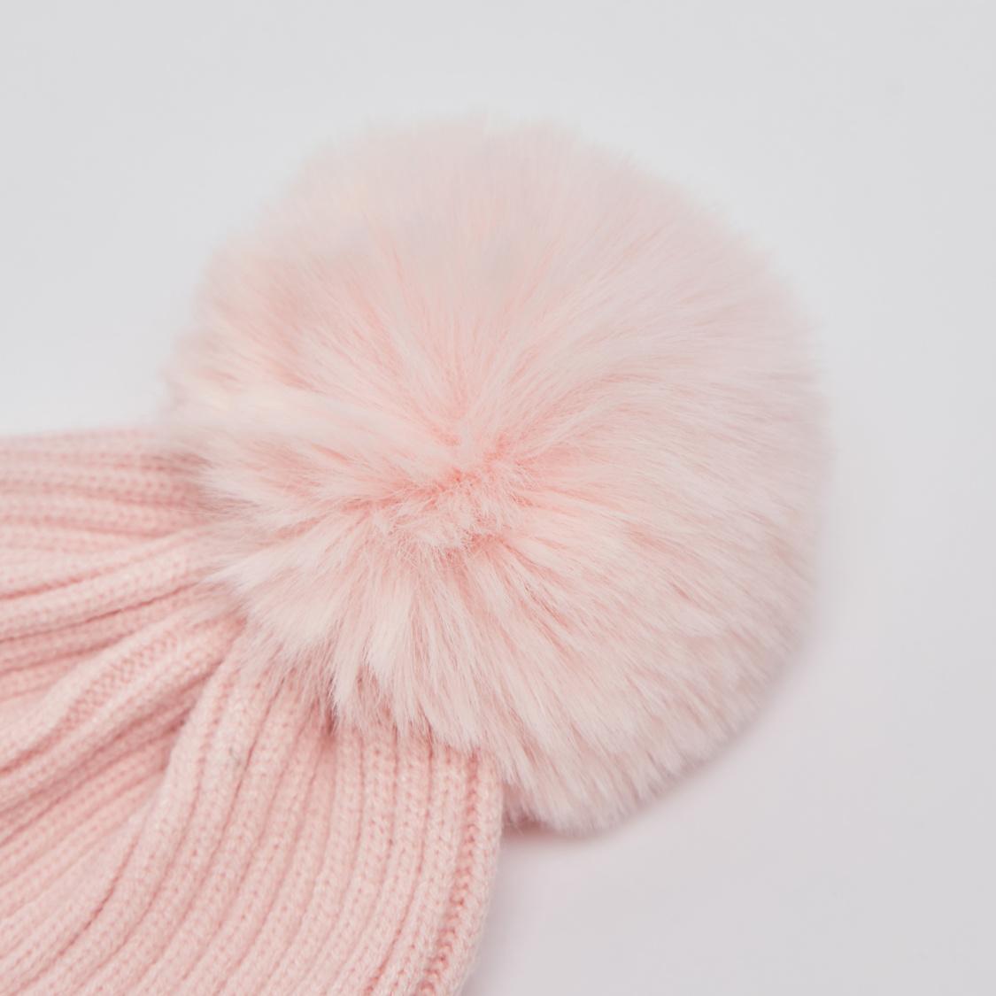 قبعة بيني بارزة الملمس مزيّنة بتفاصيل بوم بوم