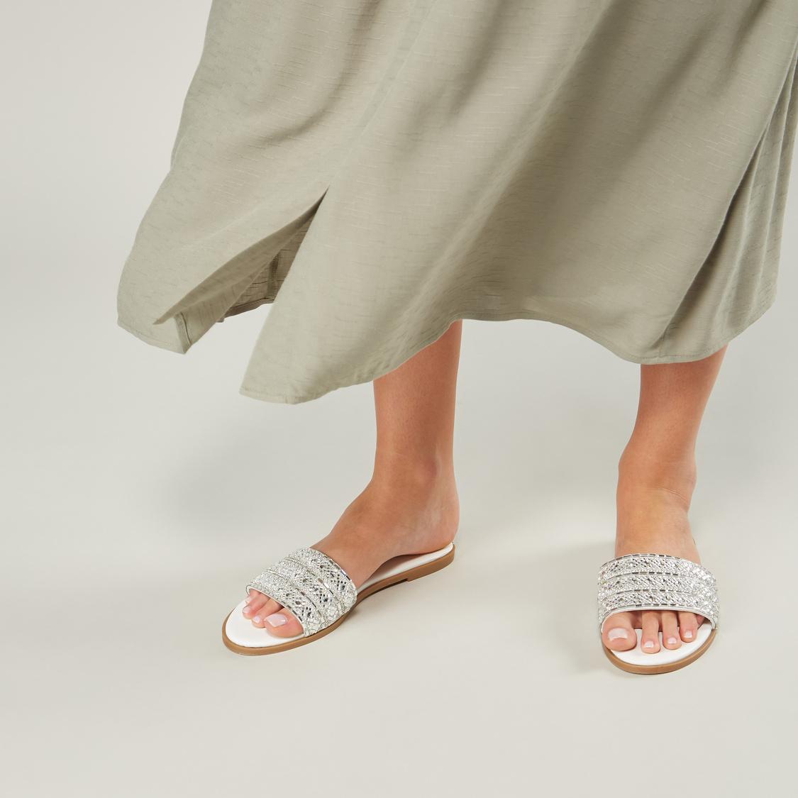 حذاء خفيف مسطّح بأحزمة مزينة
