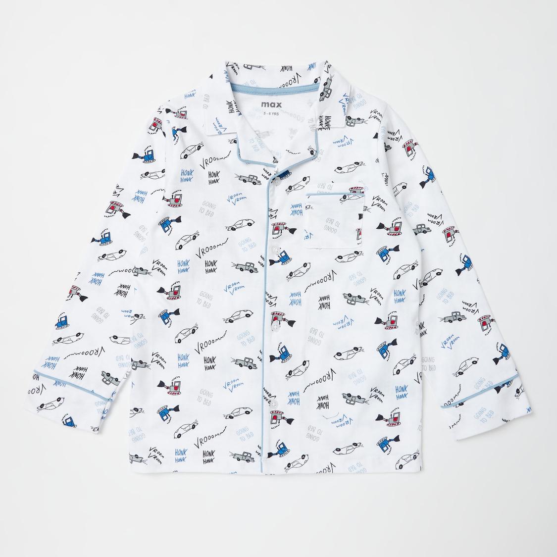 طقم بنطلون بيجاما وقميص بأكمام طويلة وطبعات تزينه بالكامل