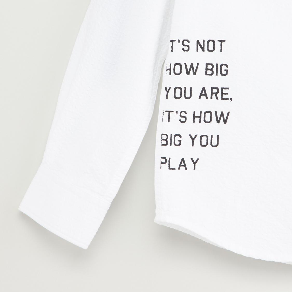 قميص بأكمام طويلة وجيب وطبعات تايبوجرافيك
