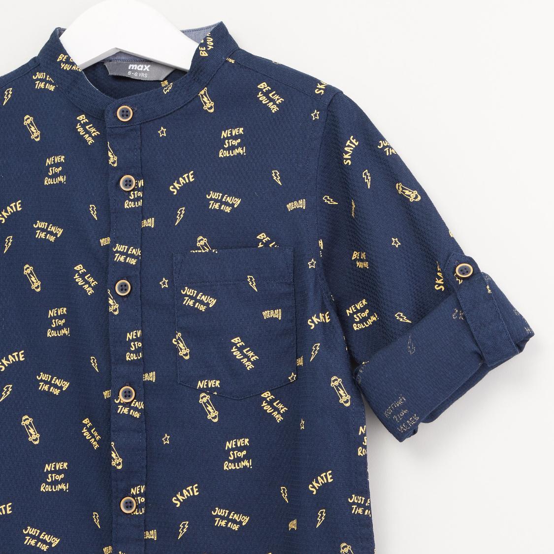 قميص بياقة ماندارين وأكمام طويلة وطبعات كتابية