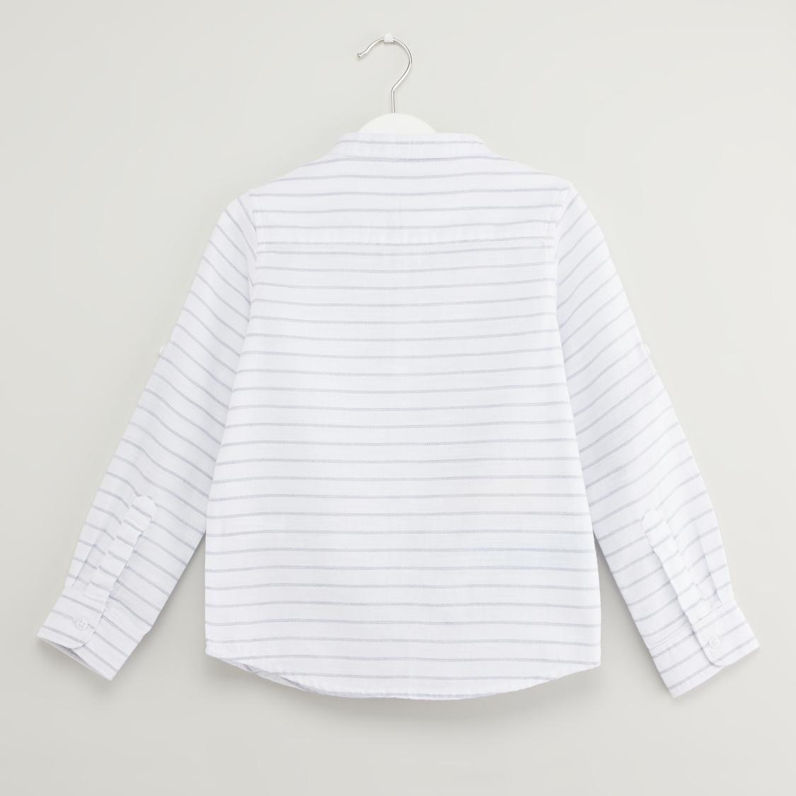قميص مقلّم بياقة ماندارين وأكمام طويلة