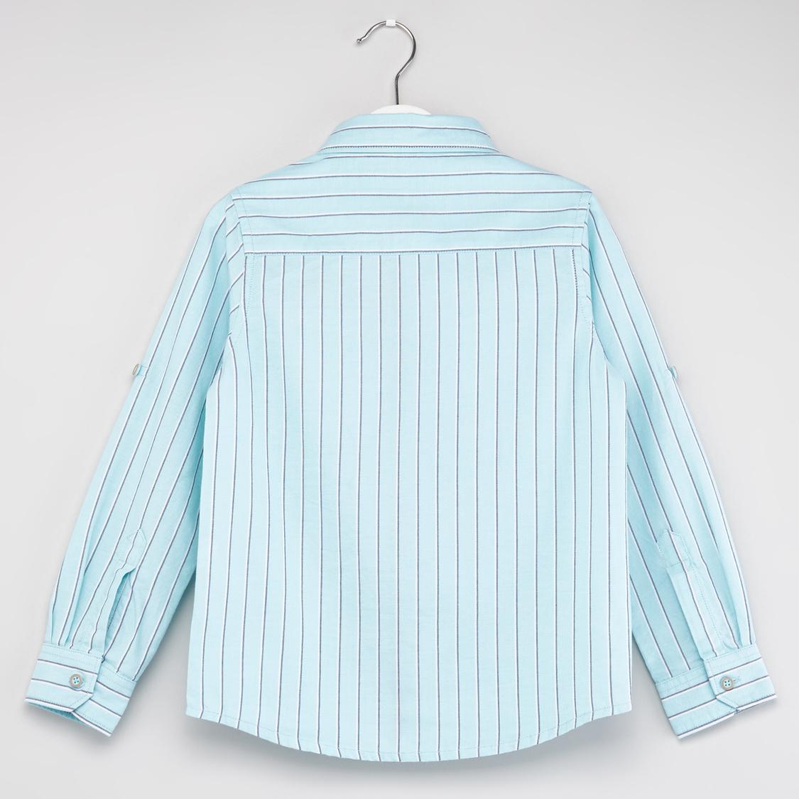 قميص مخطط بياقة عاديّة وأكمام طويلة