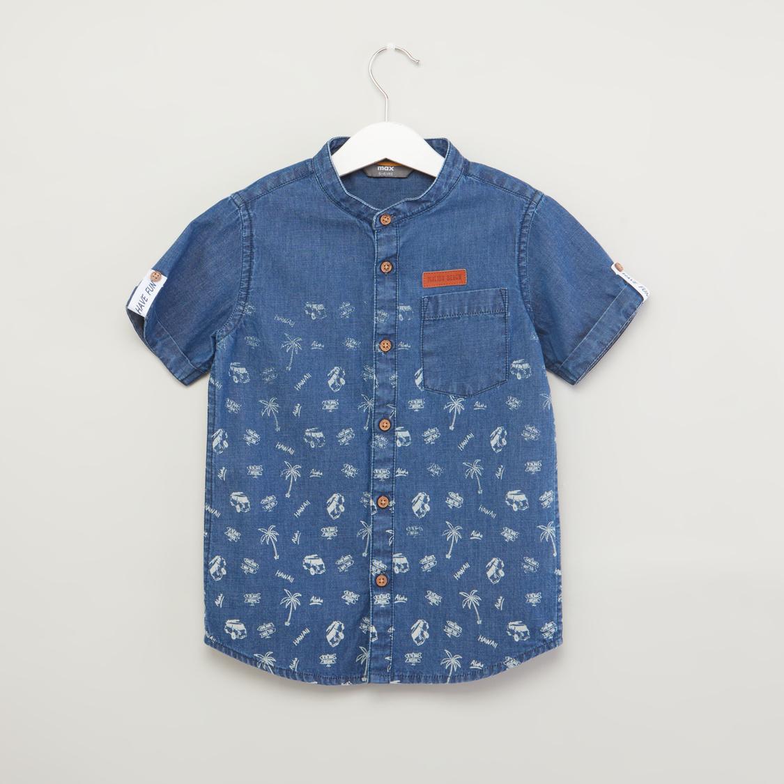 قميص بياقة عاديّة وأكمام طويلة مع تفاصيل جيب وطبعات