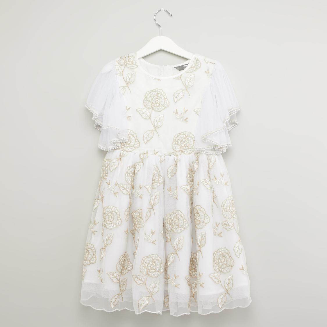 فستان مطرّز بياقة مستديرة وأكمام قصيرة