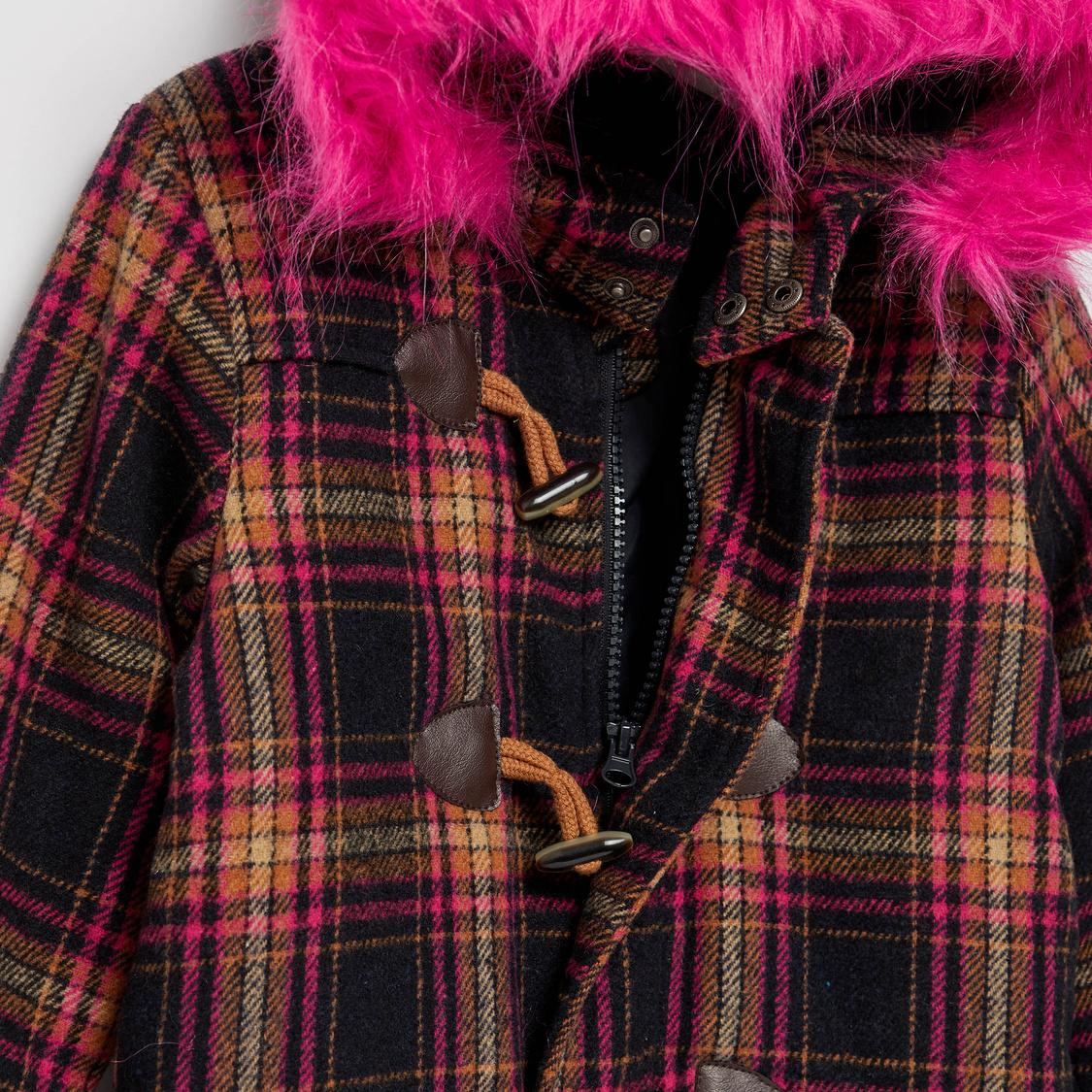 معطف دافل مربعات بأكمام طويلة وقبعة وتفاصيل فرو