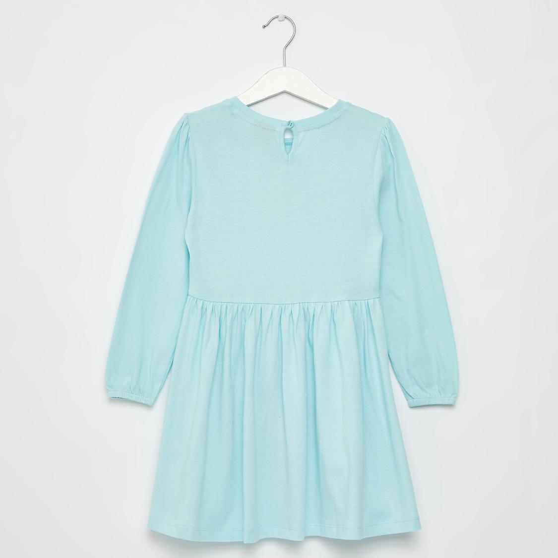 فستان قصير بأكمام طويلة مزين بفيونكة و طبعات إلسا جرافيك