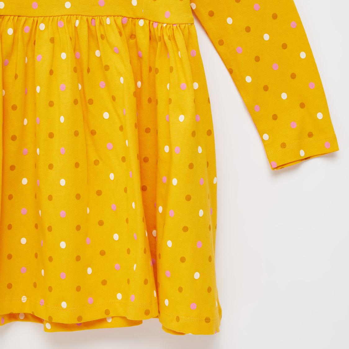فستان منقط بالكامل بأكمام طويلة وتفاصيل كشكش