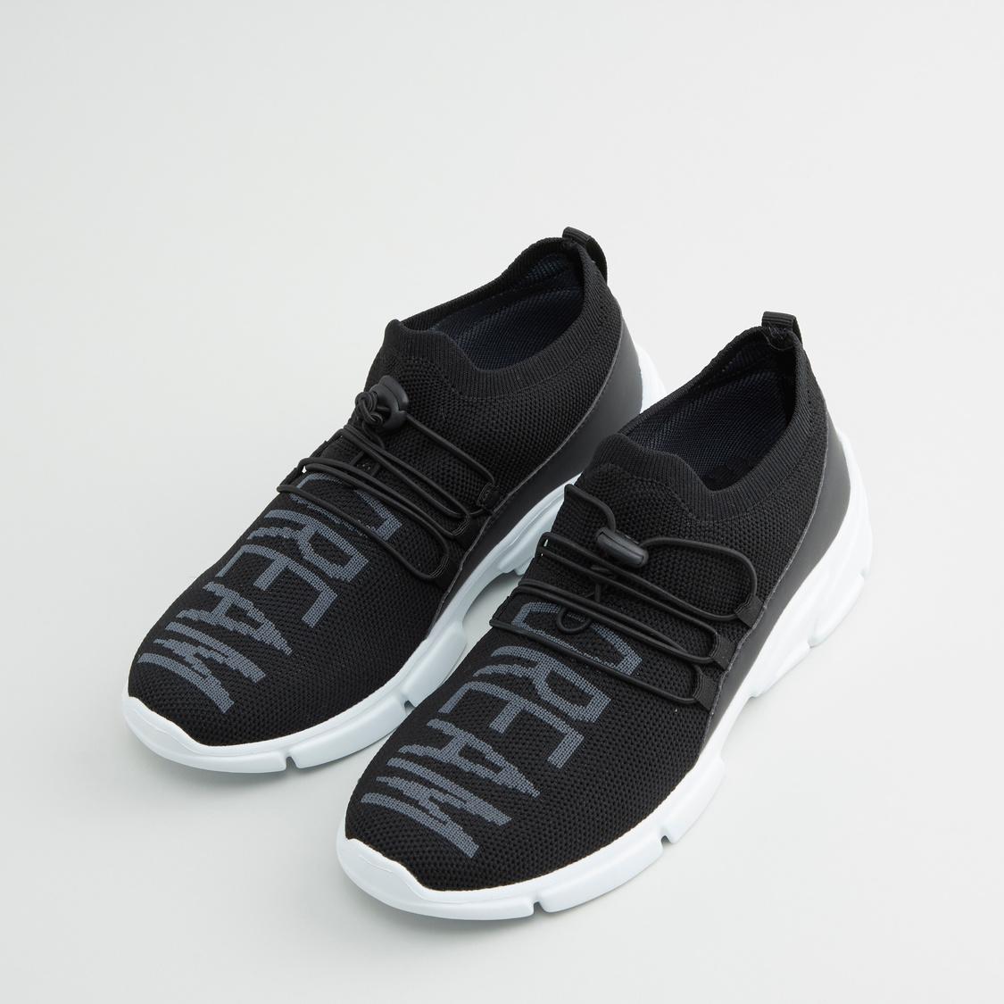 حذاء رياضي برباط وطبعات