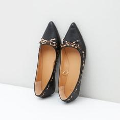 حذاء مُدبب سهل الارتداء بطبعات حيوان وفيونكة
