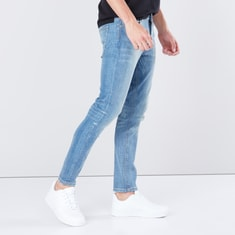 جينز بتصميم باهت بقصّة مطابقة وخمسة جيوب