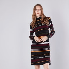 فستان واسع متوسّط الطول مخطّط بياقة مستديرة ضيّقة وأكمام طويلة