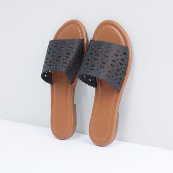 حذاء خفيف بتفاصيل مفرّغة بالليزر