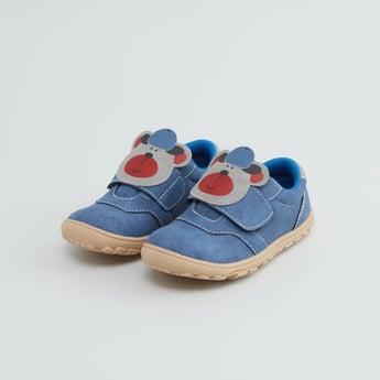 حذاء بتفاصيل مزخرفة مع شريط إغلاق