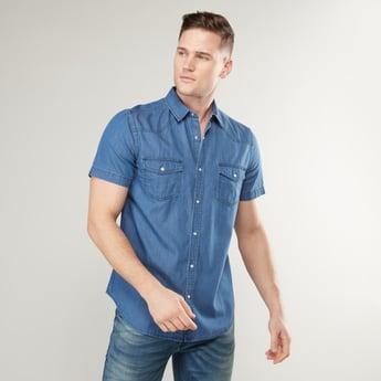 قميص سادة بقصة ضيقة وتفاصيل جيب بأكمام قصيرة
