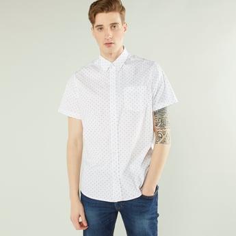 قميص بياقة عادية وطبعات وجيب خارجي وأكمام قصيرة