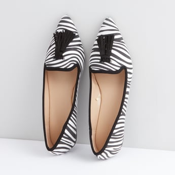 حذاء بالرينا بتخطيطات زيبرا وشرابات