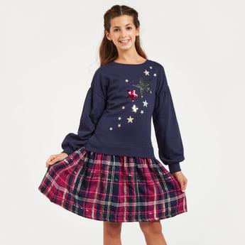 فستان منسدل واسع مزيّن بأكمام طويلة وياقة مستديرة
