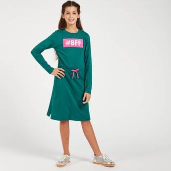 فستان بطول الركبة بأكمام طويلة وياقة مستديرة وطبعات