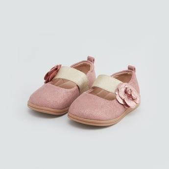 حذاء ماري جين بارز الملمس بتزيينات زهرية