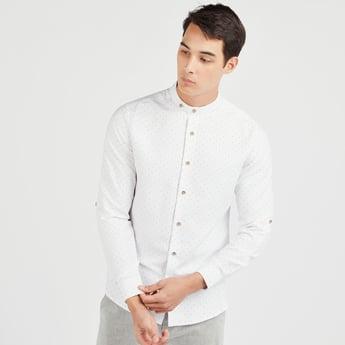 قميص بأكمام قصيرة وياقة ماندارين وطبعات منقطة