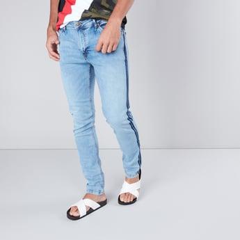 بنطال جينز طويل بقصّة ضيقة مطابقة للجسم وخصر متوسط الإرتفاع مع 5 جيوب