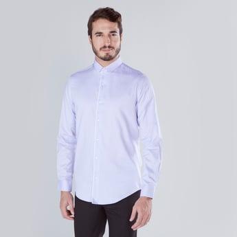 قميص بارز  الملمس بقصّة مطابقة للجسم وأكمام طويلة