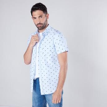 قميص كاجوال بقصّة سليم وأكمام قصيرة وطبعات