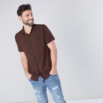 قميص سادة مطابق للجسم بياقة عاديّة وأكمام طويلة مع طبعات