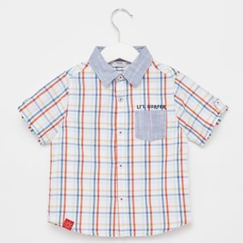 قميص مربّعات بأكمام قصيرة وياقة عادية