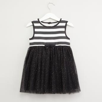 فستان مقلّم دون أكمام وبياقة مستديرة