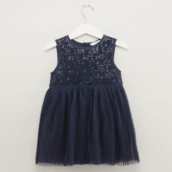 فستان دون أكمام بياقة مستديرة مزيّن بتفاصيل من الترتر