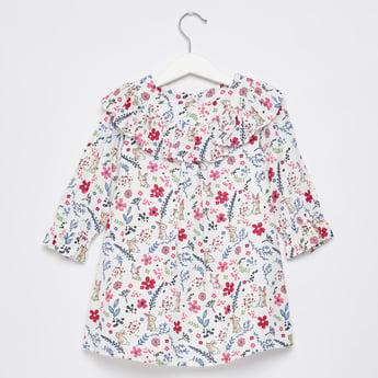 فستان بطبعات أزهار وتفاصيل كشكشة وأكمام طويلة