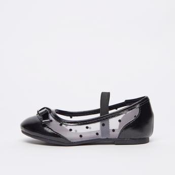 حذاء بارز الملمس بحزام مطاطي وتفاصيل فيونكة