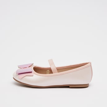 حذاء بزخرفة فيونكة وأطراف مطّاطية