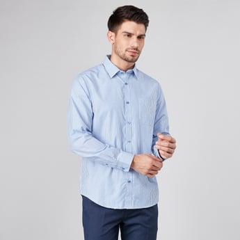 قميص مقلّم بأكمام طويلة وجيب