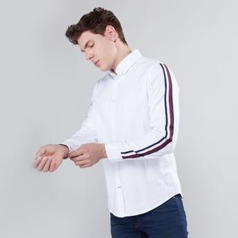 قميص بطبعات وأكمام طويلة مع ألسنة تثبيت بأزرار