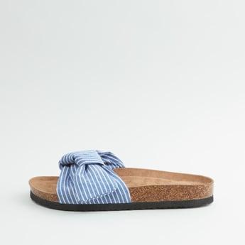 حذاء خفبف مخطط بتفاصيل عقدة