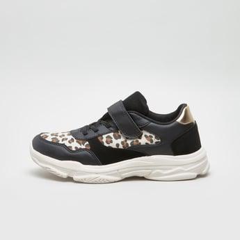 حذاء سنيكرز ببطبعات ورباط لإحكام الغلق مع شريط إغلاق